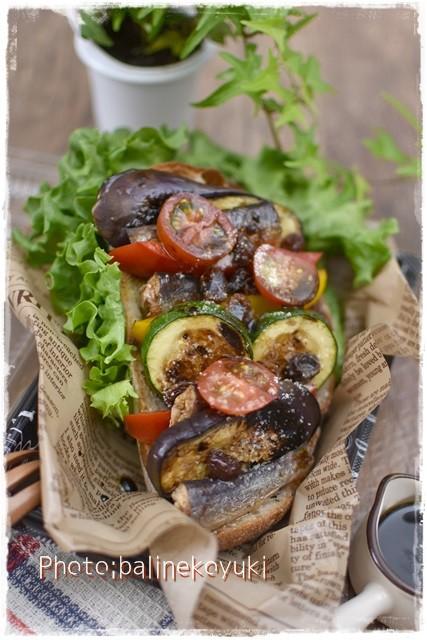 オイルサーディンとレーズンのオイル漬け彩り野菜のオープンサンド