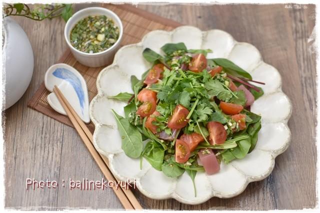パクチードレッシングの海鮮サラダ(横)