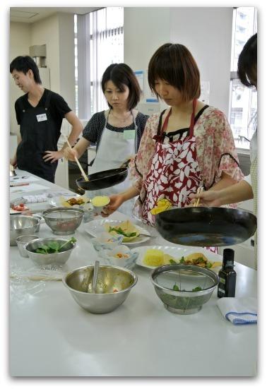 楽しいキッチン-ハーブ料理教室の様子
