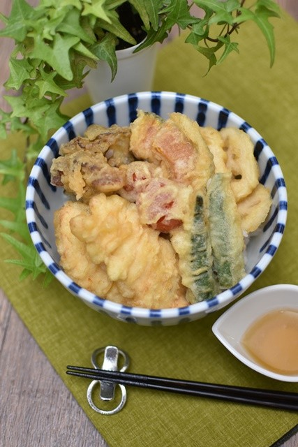 塩こうじの天丼つゆで頂く秋野菜たっぷり鶏天丼(縦)