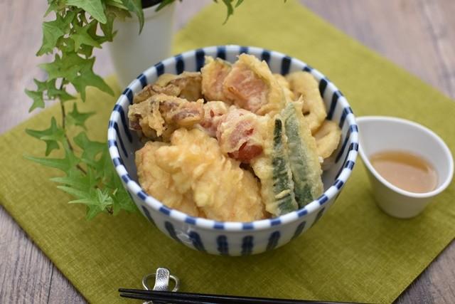 塩こうじの天丼つゆで頂く秋野菜たっぷり鶏天丼(横)