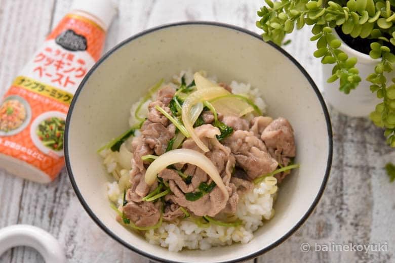 豚肉と豆苗のタイ風丼