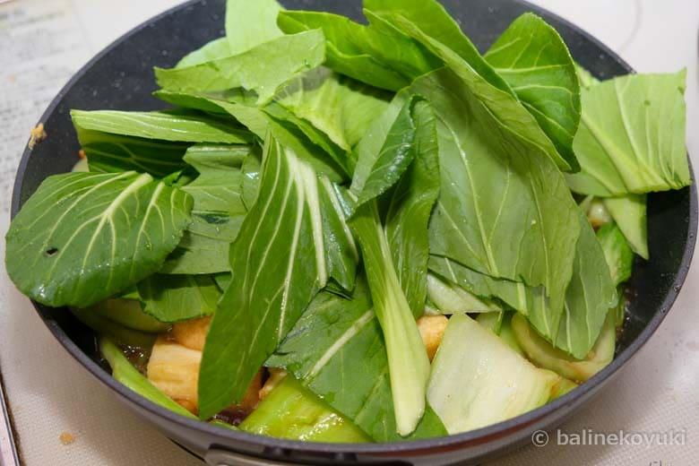 青梗菜の葉を炒める