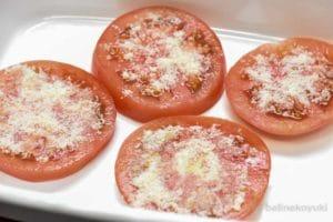 トマトに粉チーズを振る