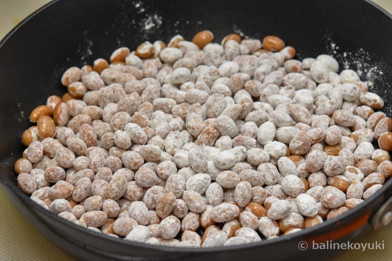 大豆を炒める