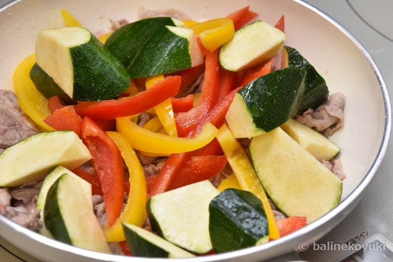 野菜を加える