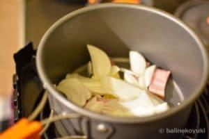 玉ねぎ、ベーコンを炒める