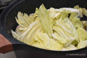 白菜の葉を炒める
