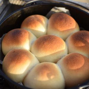 【キャンプでパン】我が家の定番!砂浜で焼くダッチオーブンちぎりパン