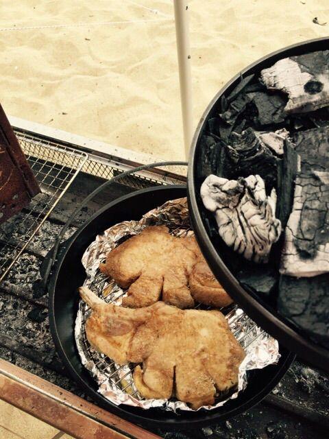 キャンプ満喫中!豪快骨つきポークチョップのスパイス焼き